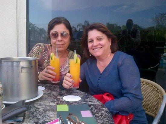 Viale Cataratas Hotel: Tomando uns drinks com a amiga.