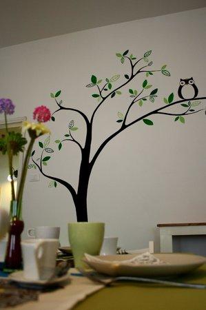 Artemisia B&B Ferrara : Salone delle colazioni - parete decorata