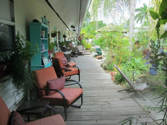 Mango Street Inn: Huge deck with plenty of seating and gardens to enjoy