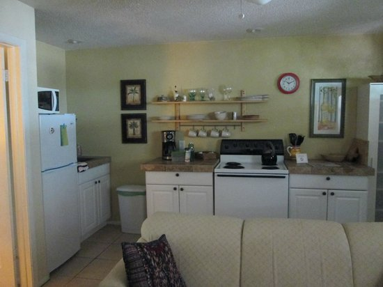 Mango Street Inn: Full kitchen with refrigerator, stove, pantry, coffee maker and all you would need to prepare a