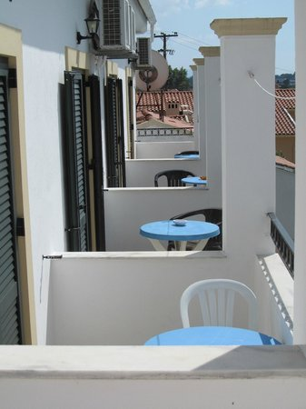 Antigoni Apartments: Balcconies of studio apartments