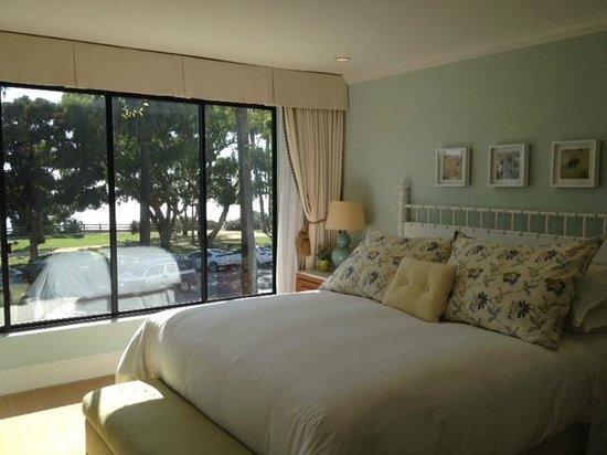 Oceana Beach Club Hotel: Bedroom with windows overlooking Pacific