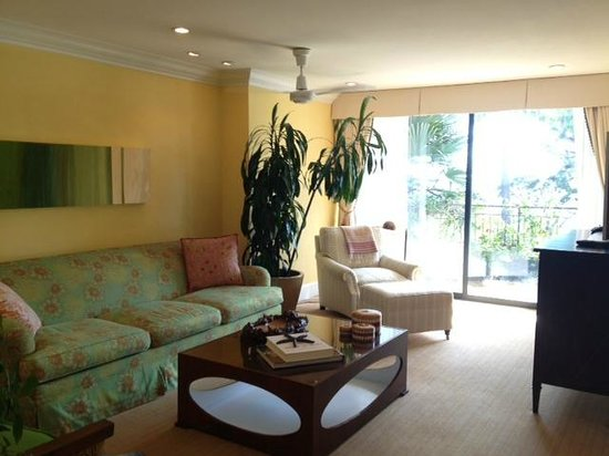 Oceana Beach Club Hotel: Living room / sitting area in suite with balcony