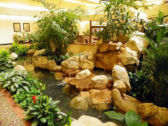Embassy Suites by Hilton Boca Raton: A stream in the Atrium