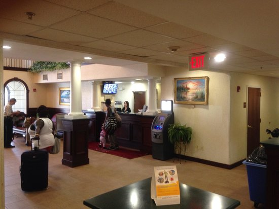 Comfort Suites Newark: Entry