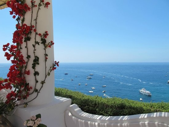 Le Sirenuse Hotel: View from pool terrace