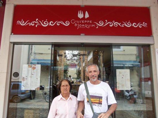 Giuseppe & Joaquim: Minha mãe e meu esposo em frente ao Restaurante.
