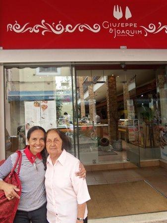 Giuseppe & Joaquim: Eu e a minha mãe em frente ao Restaurante.