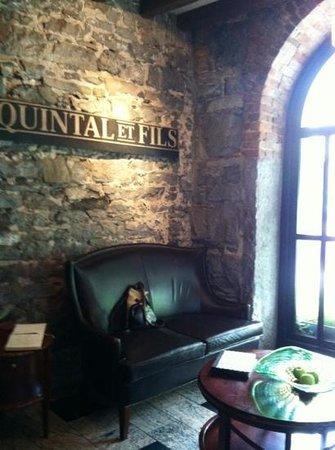 Auberge du Vieux-Port : Lobby sitting area.