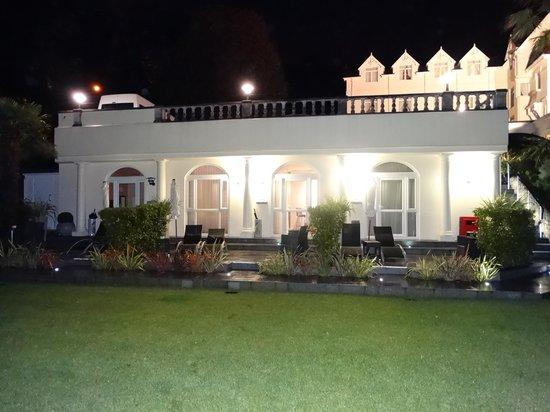 Somerville Hotel: Garden rooms at night