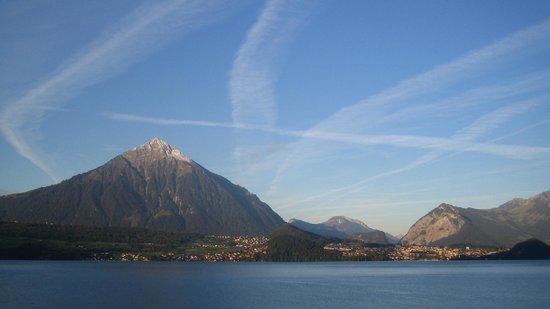 BEATUS Wellness- & Spa-Hotel: Vue depuis la chambre sur le Niesen et le lac de Thun