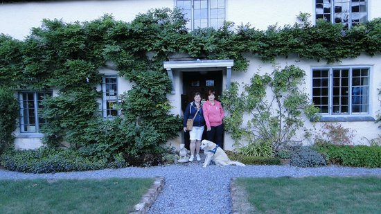 Arden Cottage Bed and Breakfast: me and my mom in front of arden cottage