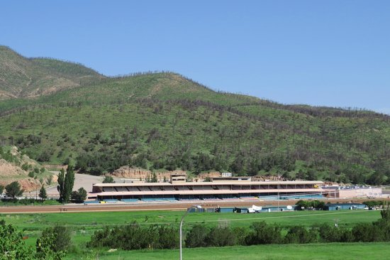 Best Western Pine Springs Inn: Ruidoso Racecourse (View From The Driveway)