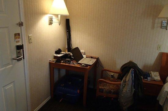 BEST WESTERN Capilano Inn & Suites: Bureautafeltje