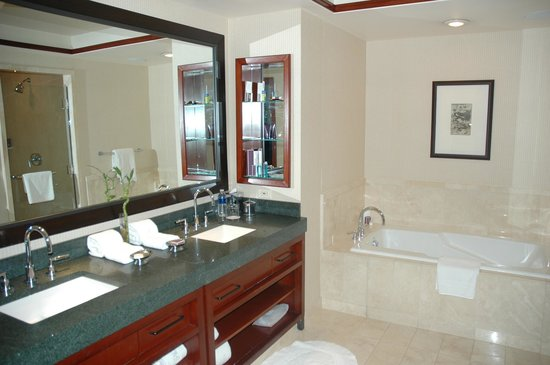 The Ritz-Carlton Georgetown, Washington, D.C.: Spacious bathroom