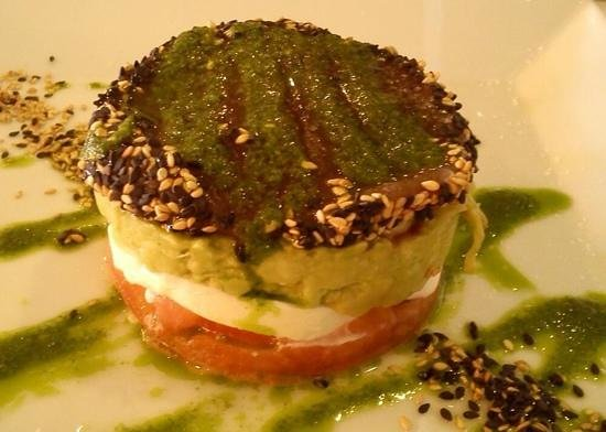 El Tragamar de Calella : van onder naar boven: tomaat, mozerella, guacemole, tonijn. Lekker hoor!