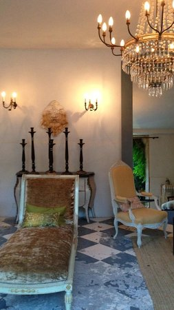 Chateau de Massillan: Very elegant publics areas