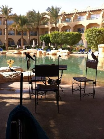Stella di Mare Grand Hotel : eating outside by pool, with the crows.