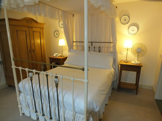 The Plough Inn: Four poster bedroom
