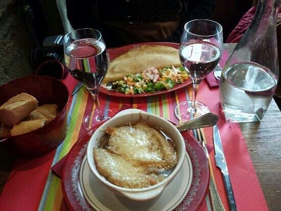 La Citrouille : sopa d cebolla y crepe de jamon y queso