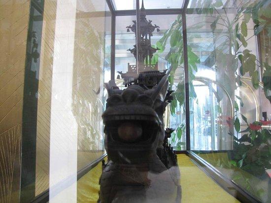 TaiZhou YaoDa International Hotel: Wooden dragon ship
