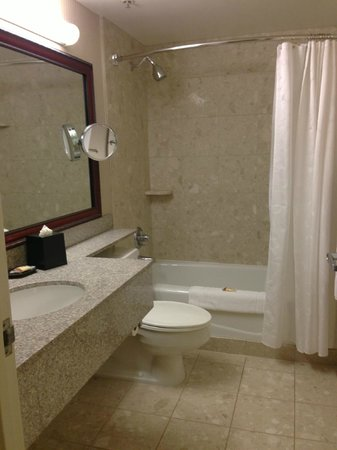 Sheraton Pasadena: Bathroom was spacious