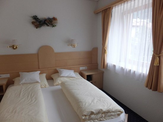 Hotel Alpenrose: Airy Bedroom