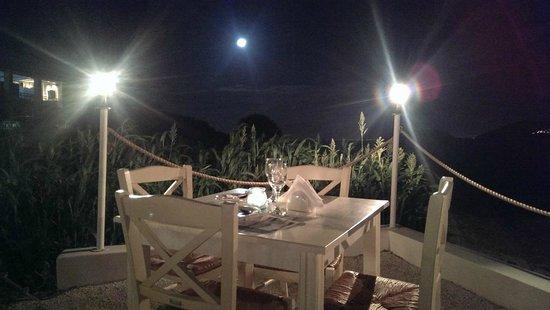 Yamas : vorderster Tisch am Abend
