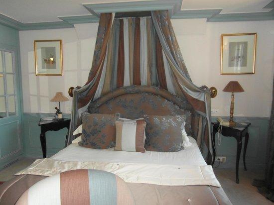 Hotel Le Saint Paul : letto nella suite