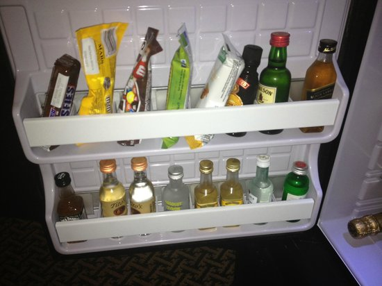 InterContinental Stephen F. Austin: Mini-bar is packed with a wideselection.