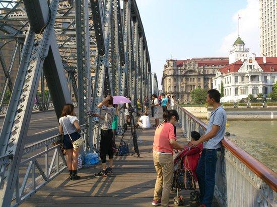 Astor House Hotel : Hotel (behind Russian consulate) over Waibaidu bridge