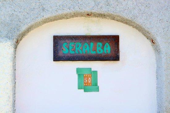 Casa Seralba B&B: insegna all'ingresso