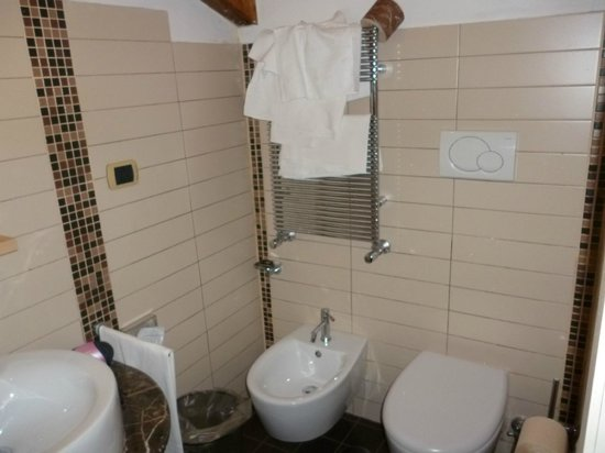 Seven Hostel: Banheiro do quarto triplo