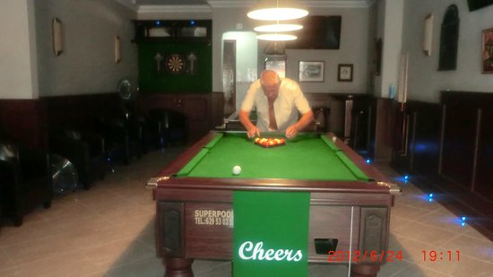 Cheers Sports & Food Bar: ready to play pool