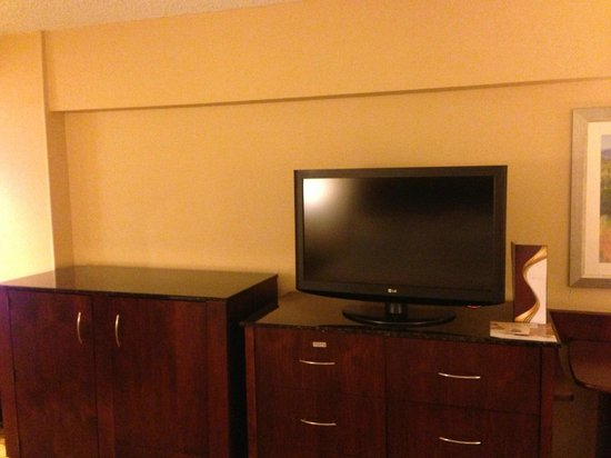 Marriott Riverside at the Convention Center: Dresser/TV/Fridge
