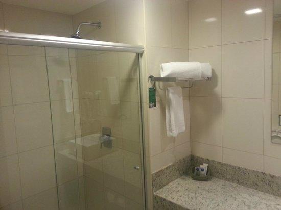 Quality Hotel & Suítes São Salvador : Banheiro básico