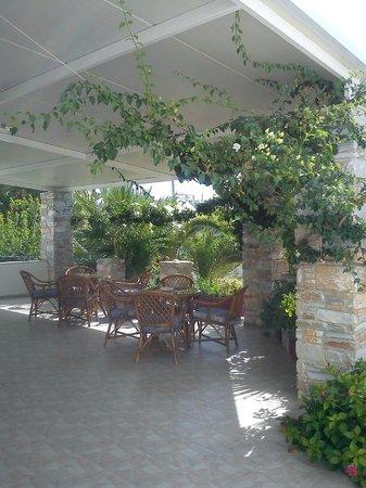 Manos Syros: På hotellets vackra veranda där man kan svalka sig med iskaffe en het sommardag