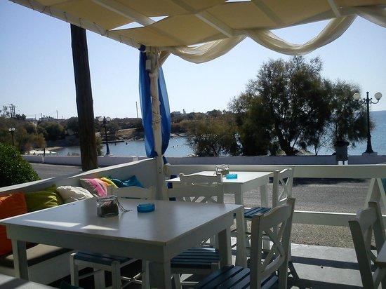 Manos Syros: Mysigt närliggande cafe vid badstranden