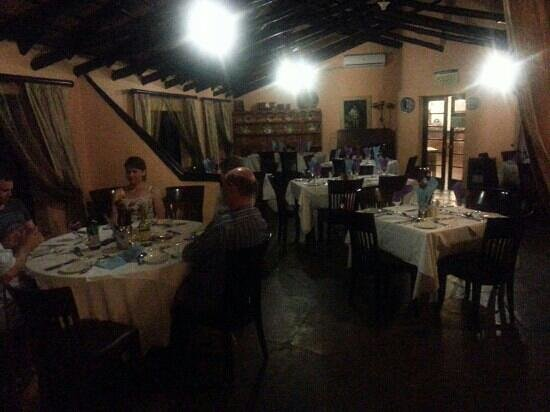 Lalapanzi Hotel & Conference Centre: The dining room.