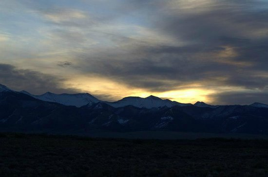 Joyful Journey Hot Springs Spa: Sunrise over the mountains from our yurt porch.