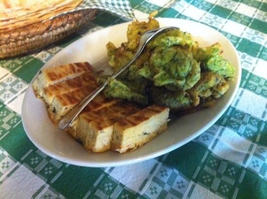 Agriturismo Montiferru : frittelle di zucchine e basilico e frittatina con cipolle, pomodoro e basilico
