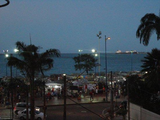 Oasis Atlantico Fortaleza Hotel : Vista da piscina... Feira de artesanato.