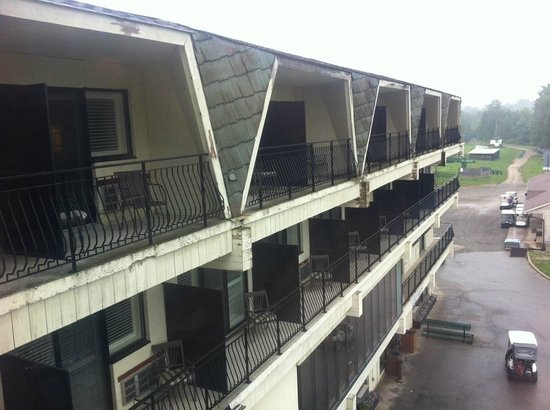 Hockley Valley Resort: Old rooms that need updating - exterior view (interior is worse)