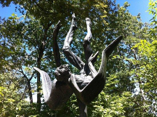 Umlauf Sculpture Garden & Museum: The fall of Icarus.