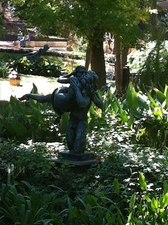 Umlauf Sculpture Garden & Museum: Lovers across the lily pond.