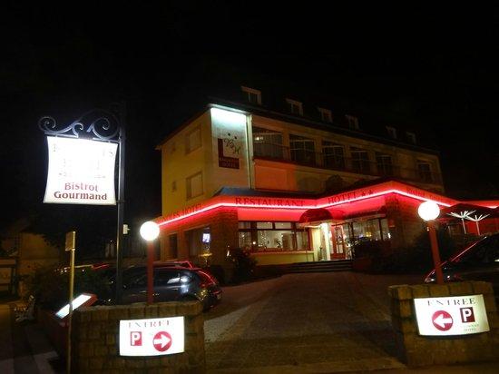 Bagnoles Hotel: vue de la place