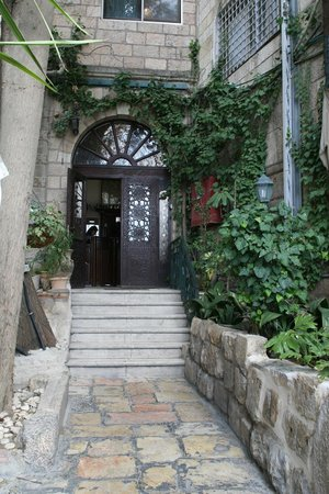 Jerusalem Hotel: Lovely garden path entryway.