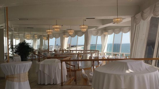 Grand Plaza Beachfront Resort Hotel & Conference Center: Banquet room on penthouse level.  All ready for a wedding.