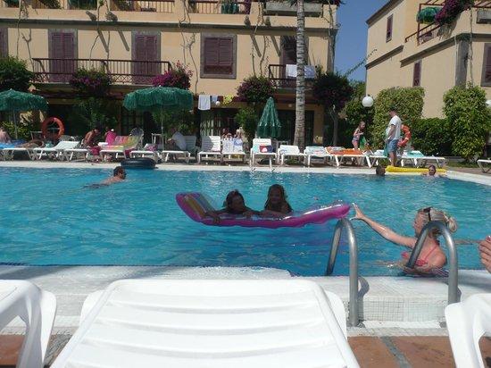 Maspalomas Oasis Club: Around the pool