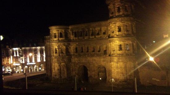 Mercure Hotel Trier Porta Nigra: Vue de nuit depuis la chambre